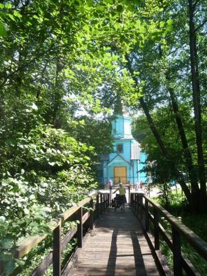 Nie dzieje się tak samoistnie. Przy cerkwi na uroczysku spotkaliśmy grono wesołych (choć na początku nieco podejrzliwych) starszych pań ochoczo sprzątających teren położonej na samej granicy z Białorusią stuletniej cerkwi na uroczysku między Tokarami a Koterką.