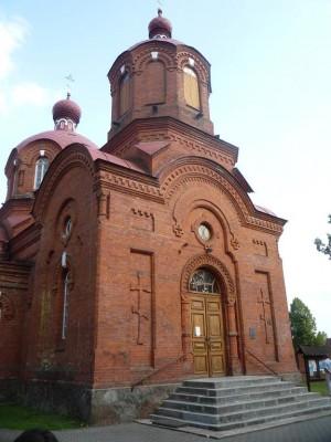 Białej Wieży towarzyszy cerkiew pw. św. Mikołaja Cudotwórcy. Funkcjonuje ona jako aktywny ośrodek wiary bardziej niż zabytek, co nie dziwi, biorąc pod uwagę, że 70% mieszkańców powiatu to prawosławni.
