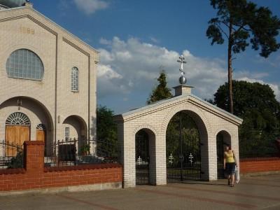 Z bliska czeremsza cerkiew Polskiego Autokefalicznego Kościoła Prawosławnego wygląda okazale, odstając wyraźnie od otoczenia.