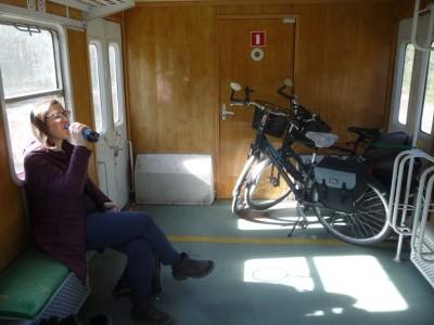 My jednak wybraliśmy tradycyjny skład ponadczasowych EN57 Kolei Mazowieckich. Jest wygodniejszy do przewozu rowerów, no i zatrzymuje się w Łochowie.