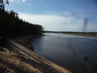 Równolegle rzeka nie pozostawała bezczynna, podmywając i pochłaniając.