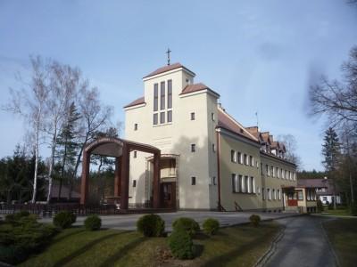 ...czy od początku pełniące funkcje religijne. (Na zdjęciu Sanktuarium Matki Boskiej - obecnie obok powstaje nowy, większy kościół.)