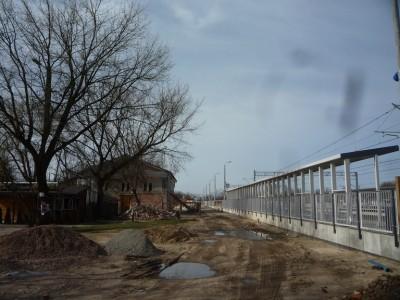 Za nowym peronem widać jeszcze plac budowy i zabytkowy dworzec.